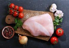 Carne fresca del pavo con los ingredientes para cocinar Foto de archivo
