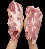 Carne fresca a disposición en un fondo negro Foto de archivo libre de regalías