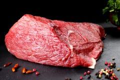 Carne fresca e crua Ainda vida do bife da carne vermelha pronto para cozinhar no assado Imagens de Stock Royalty Free
