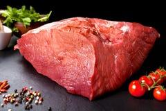 Carne fresca e crua Ainda vida do bife da carne vermelha pronto para cozinhar no assado Imagem de Stock