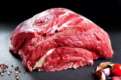 Carne fresca e cruda Intero pezzo di carne rossa pronto da cucinare sulla griglia o sul BBQ Fondo immagini stock