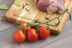 Carne fresca en la tabla de madera Foto de archivo