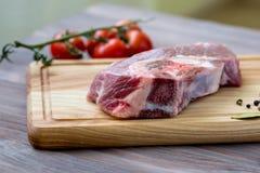 Carne fresca en la tabla de madera Imagenes de archivo