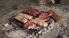 Carne fresca sulla griglia video d archivio