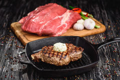 carne fresca y frita en un fondo de madera oscuro Imágenes de archivo libres de regalías
