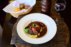 Carne frita con las patatas en una salsa de soja con las verduras fotografía de archivo