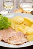 Carne frita con las patatas fritas y la ensalada fresca Fotografía de archivo libre de regalías