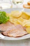 Carne frita con las patatas fritas y la lechuga fresca en el plato blanco Foto de archivo libre de regalías
