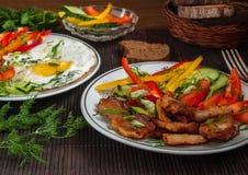Carne frita con las verduras y los huevos Imagenes de archivo
