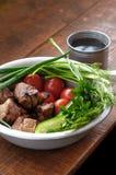 Carne frita con verdes y verduras Fotos de archivo