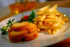 Carne fritada com microplaquetas fotografia de stock