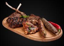 Carne fritada sortido em uma placa de madeira imagens de stock