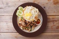 A carne fritou com molho da ostra mais o ovo lateral ensolarado Fotografia de Stock Royalty Free