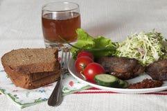 Carne fritta con gli ortaggi freschi e le erbe su un piatto bianco Fotografia Stock Libera da Diritti