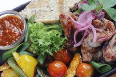 carne fritta con le verdure e la salsa Immagini Stock