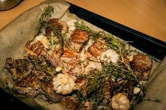 Carne fritta in una pentola Carne in un fritto con i condimenti immagini stock libere da diritti