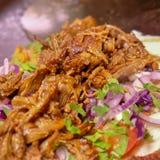Carne fumado no tannour sírio com vegetais Imagem de Stock