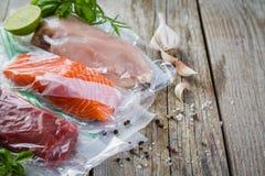 Carne, galinha e salmões no saco de plástico do vácuo para o cozimento sous do vide fotografia de stock