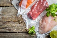 Carne, galinha e salmões no saco de plástico do vácuo para o cozimento sous do vide fotos de stock royalty free