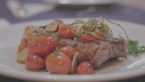 Carne gourmet do prato com tomate de cereja filme