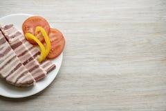 Carne grassa del soffio affettata Con il pomodoro ed il pepe Posto per il vostro testo Fotografia Stock Libera da Diritti