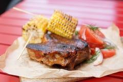 Carne grelhada com milho e tomates imagens de stock royalty free