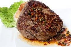Carne grelhada com molho vegetal Imagens de Stock