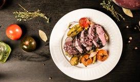 Carne grelhada com os vegetais na opinião superior da placa branca Imagem de Stock