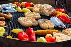 Carne grelhada com vegetal e salsicha sobre os carvões imagens de stock royalty free