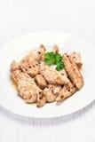 Carne grelhada da galinha cortada na placa branca Fotos de Stock Royalty Free