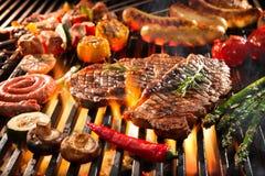 Carne grelhada deliciosa com os vegetais que chiam sobre os carvões no assado fotografia de stock royalty free
