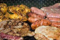 Carne grelhada deliciosa sortido sobre os carvões em um assado fotos de stock