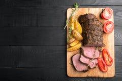 Carne grelhada em uma placa de corte foto de stock royalty free