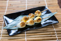 Carne grelhada japonesa de Kushiyaki dos ovos de codorniz, Skewered e Imagem de Stock Royalty Free