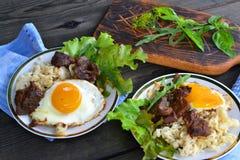 Carne grelhada Massa de Carbonara com ovos Bife de carne imagens de stock royalty free