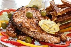 Carne grelhada na placa com vegetais Imagem de Stock Royalty Free