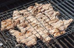 Carne grelhada no dispositivo bonde especial Imagem de Stock