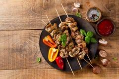Carne grelhada (no espeto) com vegetais e molho Imagens de Stock Royalty Free
