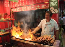 Carne grelhada no mercado do alimento da noite em Beijing Foto de Stock Royalty Free