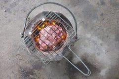 Carne grelhada no soldador com carvões vegetais quentes fotos de stock royalty free