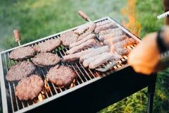Carne grelhada sortido deliciosa com os vegetais sobre os carvões no assado imagens de stock royalty free