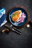 Carne grelhada suculenta da galinha, faixa com a cebola posta de conserva fresca na placa Fundo preto, vista superior, close up Imagem de Stock