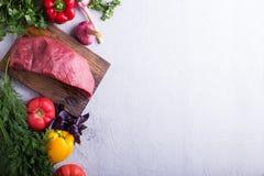 Carne grezza con la verdura fresca Fotografia Stock