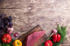 Carne grezza con la verdura fresca Fotografia Stock Libera da Diritti