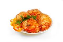Carne grezza Fette della scaloppina della carne di maiale con salsa in un piatto isolato contro bianco Fotografia Stock