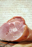 Carne, jamón entero en la talla de la tarjeta, cerdo Fotos de archivo