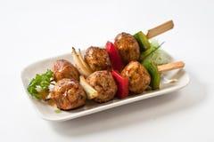 Carne japonesa de Kushiyaki de la albóndiga, haber ensartado y asada a la parrilla Foto de archivo