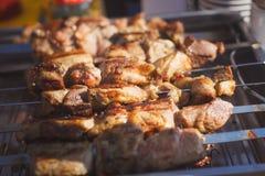 carne jugosa en los pinchos en el festival Fotos de archivo libres de regalías