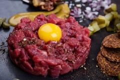 Carne a la tártara, arrancador gastrónomo de la carne cruda de la delicadeza fotografía de archivo