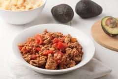 Carne macinata fritta con i pomodori per i taci Immagini Stock Libere da Diritti